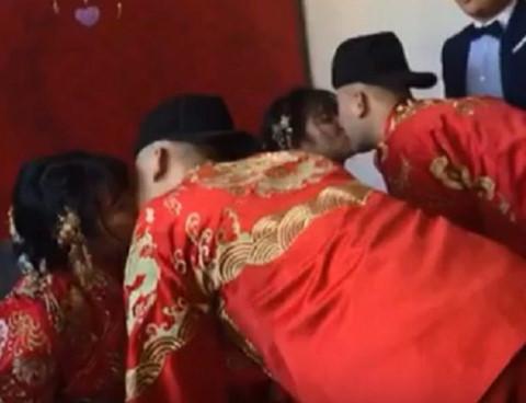Hai cặp song sinh cùng tổ chức đám cưới khiến quan khách nhầm lẫn