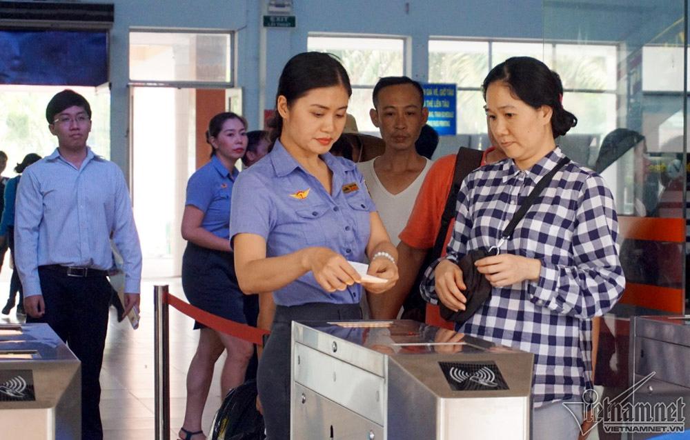 Khách đi tàu Hà Nội, Sài Gòn bối rối qua cổng soát vé tự động