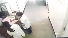 Nữ y tá bất ngờ gục ngã trên bàn làm việc