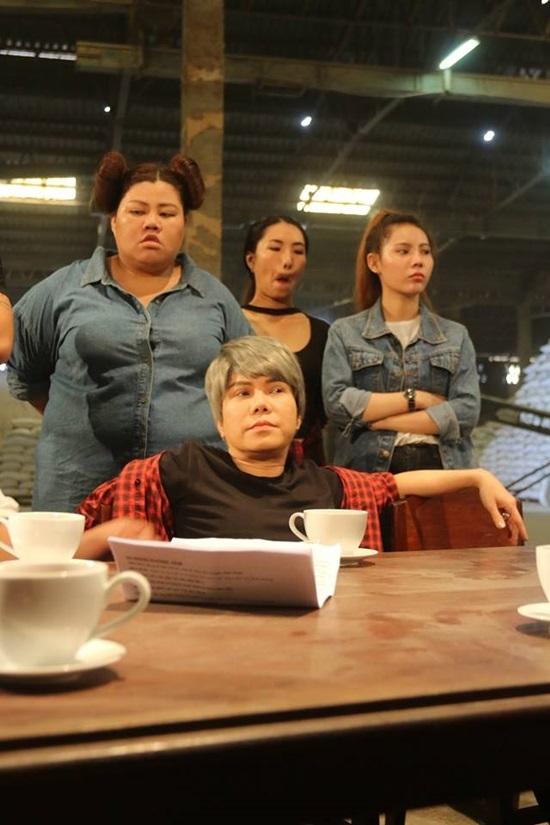 Việt Hương bật khóc nức nở trong buổi ra mắt phim mới