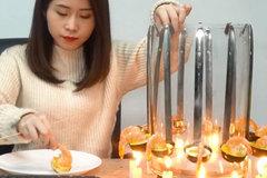 'Thánh ăn công sở' trổ tài rán bánh hải sản siêu ngon chỉ bằng muôi và nến