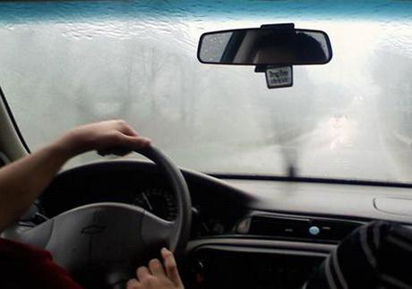Trời nồm ẩm, xử lý thế nào khi kính lái bị mờ hơi nước?