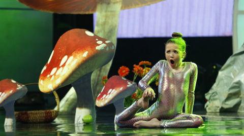 Màn trình diễn của cô bé Emarald trên sân khấu: