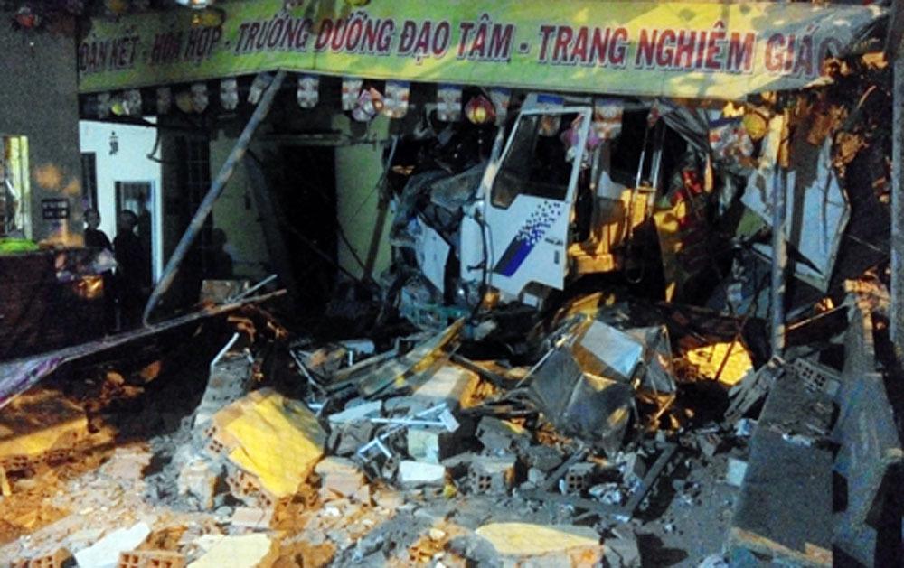 Xe tải tông sập tường ngôi chùa ở Sài Gòn