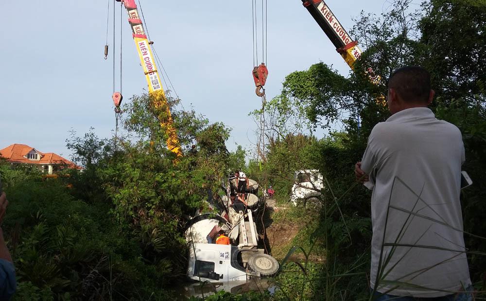 tai nạn,tai nạn giao thông,xe bồn lật,Sài Gòn