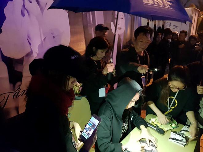 Mỹ Tâm ký tặng khán giả quê nhà giữa trời mưa lạnh