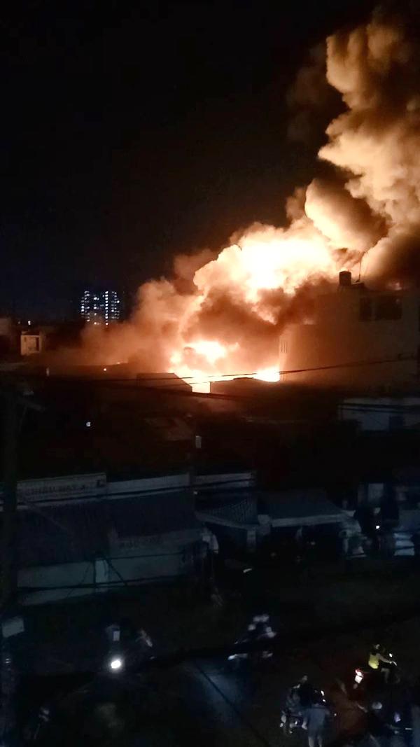 Tan hoang bên trong nhà xưởng bị cháy giữa đêm ở Sài Gòn