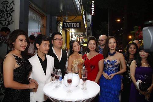 Ca sỹ Bích Vân mừng showroom mới của NTK Lê Hoàng Hải