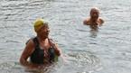 Vợ chồng cụ già hàng ngày bơi hồ giữa trời giá rét