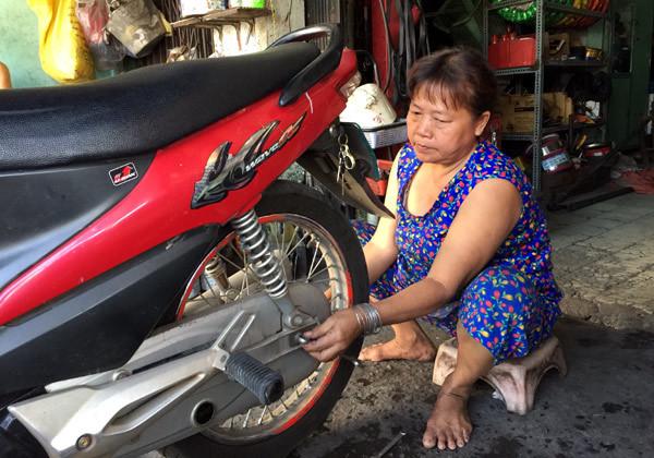 Những người phụ nữ hơn 50 năm cầm cờ lê, mỏ lết  giữa Sài Gòn