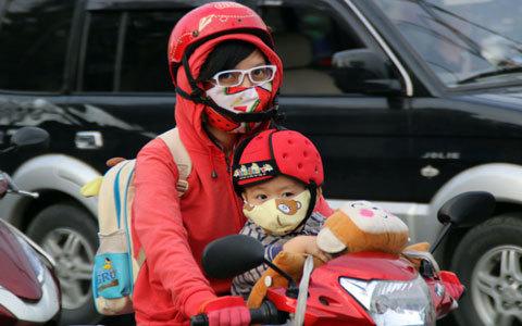 Người Sài Gòn 'diện' đồ ấm đi làm trong tiết trời lạnh 18 độ