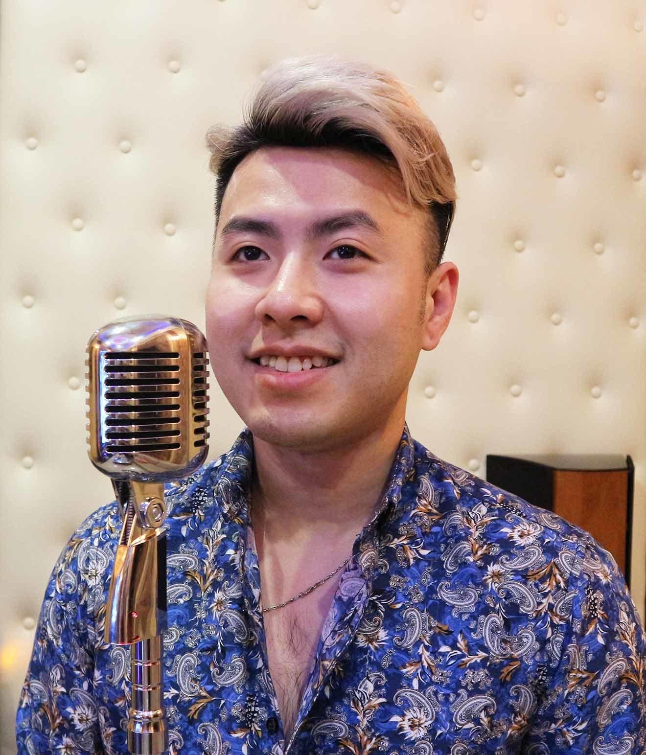 Akira Phan bên chiếc mic đứng trị giá 15 triệu đồng. Vì công nghệ luôn đổi  mới nên nam ca sĩ cho hay anh luôn cập nhật xu hướng và không ngại ...