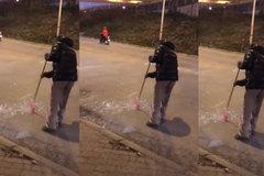 Người đàn ông quét mảnh kính vỡ xuống cống gây tranh cãi