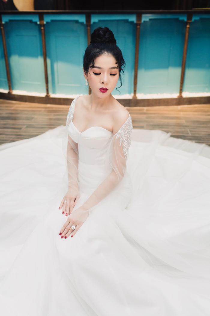 Lệ Quyên tự tin mặc váy cưới lần 2