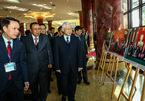 Tổng bí thư Việt - Lào tham quan triển lãm ảnh tại Bộ Quốc phòng