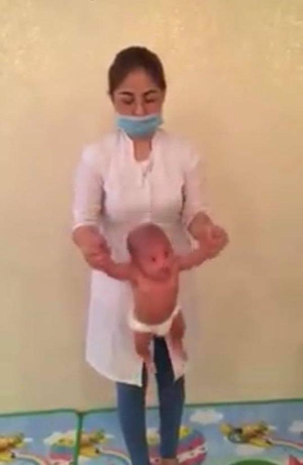 Nữ nhân viên cho bé sơ sinh tập yoga theo kiểu quăng quật khiến ai cũng hãi hùng