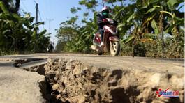 Hà Nội: Đường bê tông nứt toác, vừa kẹp cứng bánh xe