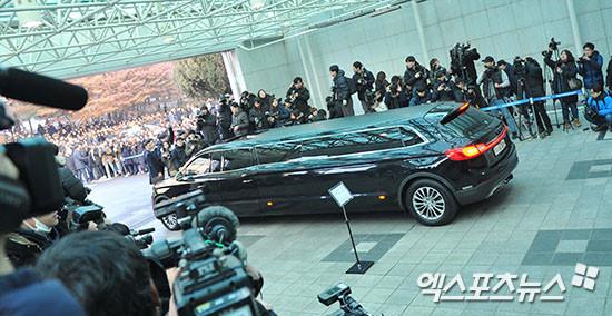 Lễ đưa tang Jong Hyun (SHINee): Chị gái, sao Kpop khóc cạn nước mắt