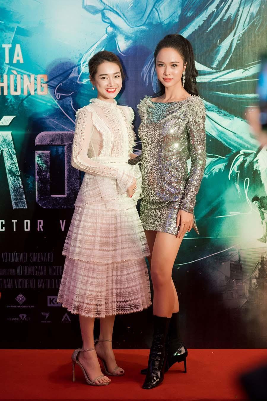 Nhã Phương và Vũ Ngọc Anh diện trang phục đối lập nhau ra mắt phim mới
