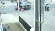 Thoát chết hy hữu sau khi phóng xe máy bay vào gầm ô tô