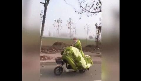 Khoác chăn ra đường