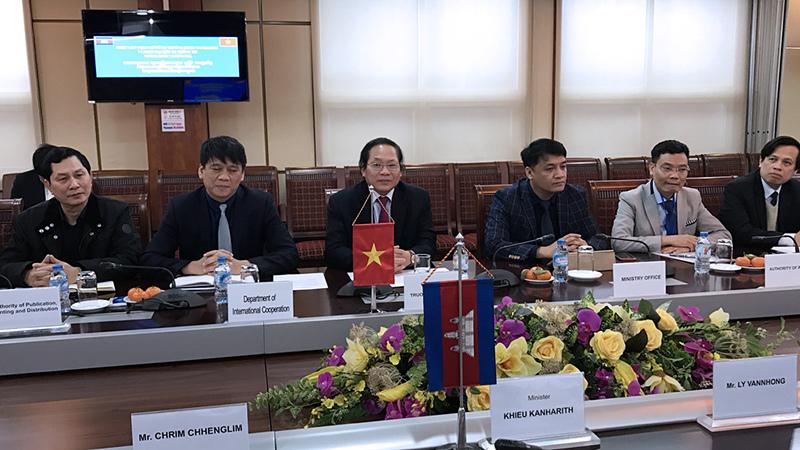 Khi Bộ trưởng lắng nghe chuyện quản lý mạng XH của Campuchia