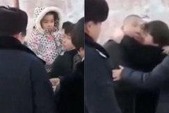 Bé gái tạm biệt bố, không biết bố bị đưa đi tử hình khiến nhiều người rơi nước mắt
