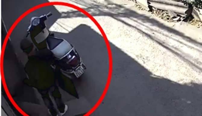 'Đạo chích' thản nhiên phá khóa vào nhà bê trộm laptop, tivi giữa ban ngày ở Hà Nội