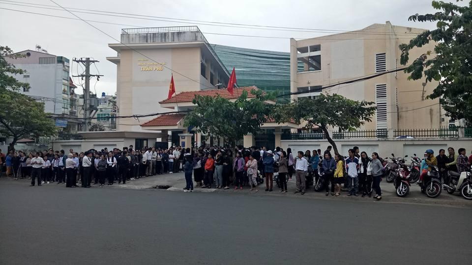 Hàng nghìn học sinh tiễn biệt thầy hiệu trưởng đột ngột qua đời