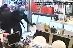 Băng cướp táo tợn tấn công vét sạch cửa hàng đồ trang sức