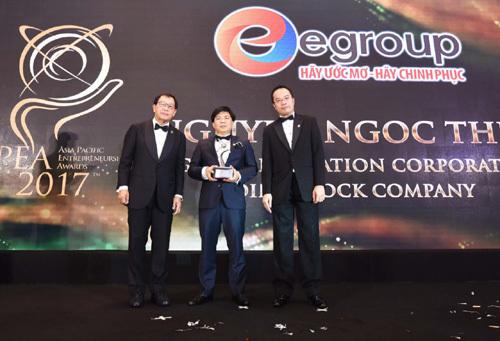 Chủ tịch Egroup - ông Nguyễn Ngọc Thuỷ nhận giải APEA