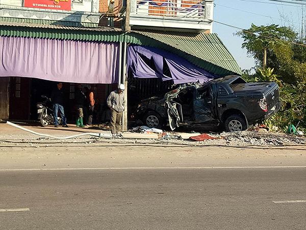 Xe bán tải húc sập cửa nhà dân, tài xế chết thảm