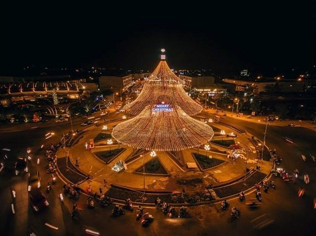 Cây thông Noel cao 29 mét ở Kiên Giang hút du khách