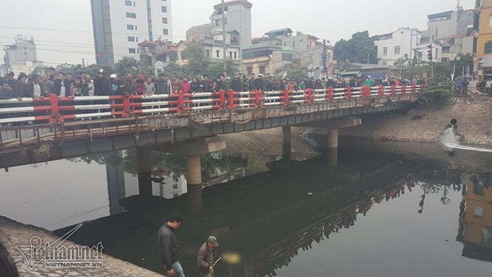 Đứng kín cầu xem vớt thi thể trên sông Tô Lịch