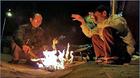Lạnh nhất từ đầu năm, người Sài Gòn xuýt xoa đốt lửa sưởi ấm