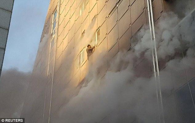 Liều mình nhảy khỏi cửa sổ cao ốc thoát đám cháy dữ dội