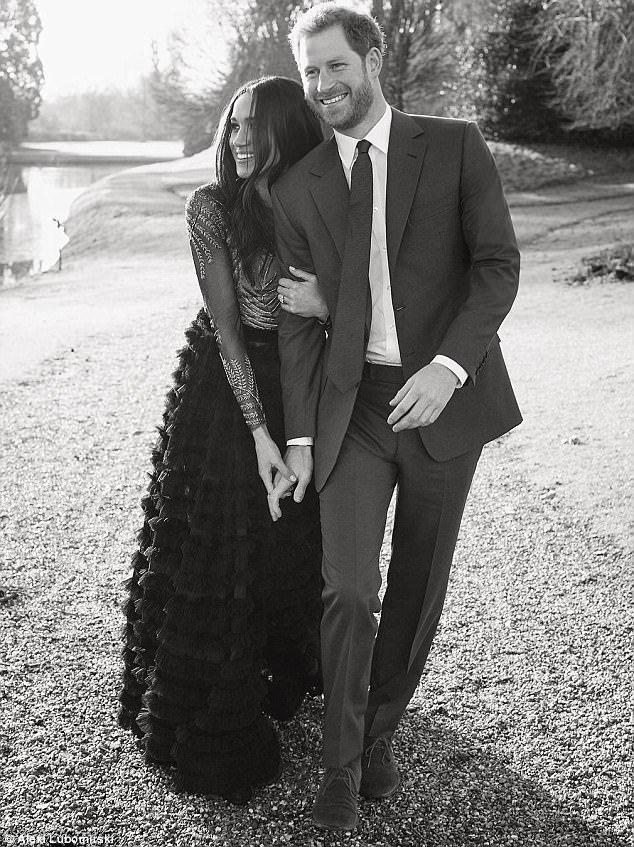 Thay đổi bất ngờ trong ảnh đính hôn của Hoàng gia Anh