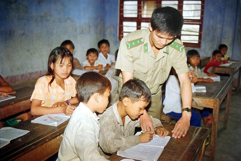 Thầy giáo biên phòng trên đỉnh Đăk Nhoong