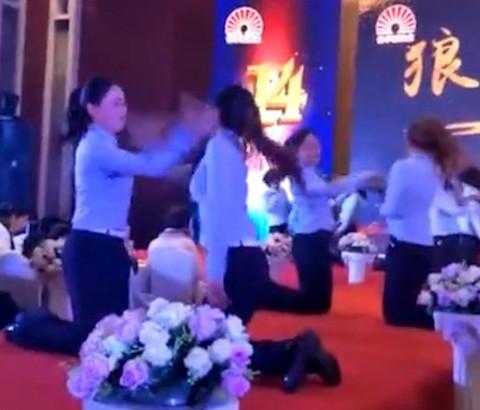 clip nhân viên đnáh nhau
