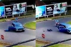 Quên cài dây an toàn, người đàn ông văng khỏi ô tô xuống đường
