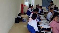 Phạt học sinh ngồi dưới đất vì quên khăn quàng đỏ