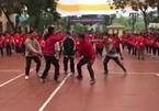 Clip nhảy flashmob đón Giáng sinh của 100 học sinh trường Lômônôxốp