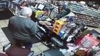 Tên cướp cầm dao choáng váng vì chủ cửa hàng rút súng
