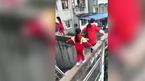 3 bé gái đi chênh vênh trên tường cao, người xem kinh hãi