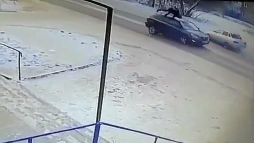 10 clip 'nóng': Phản xạ xuất thần, ông bố cứu con nhỏ khỏi tai nạn