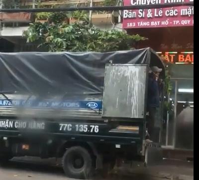 Đỗ xe tải trước cửa, tài xế bị chủ nhà hắt nước từ trên ban công