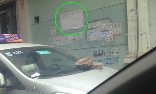 Không nói nhiều, chủ nhà quyết hắt nước, dán băng vệ sinh... 'dằn mặt' ô tô đỗ sai chỗ