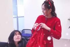 MC Mai Ngọc hóa bà già Noel đi phát quà và gửi thông tin thời tiết dịp Giáng sinh