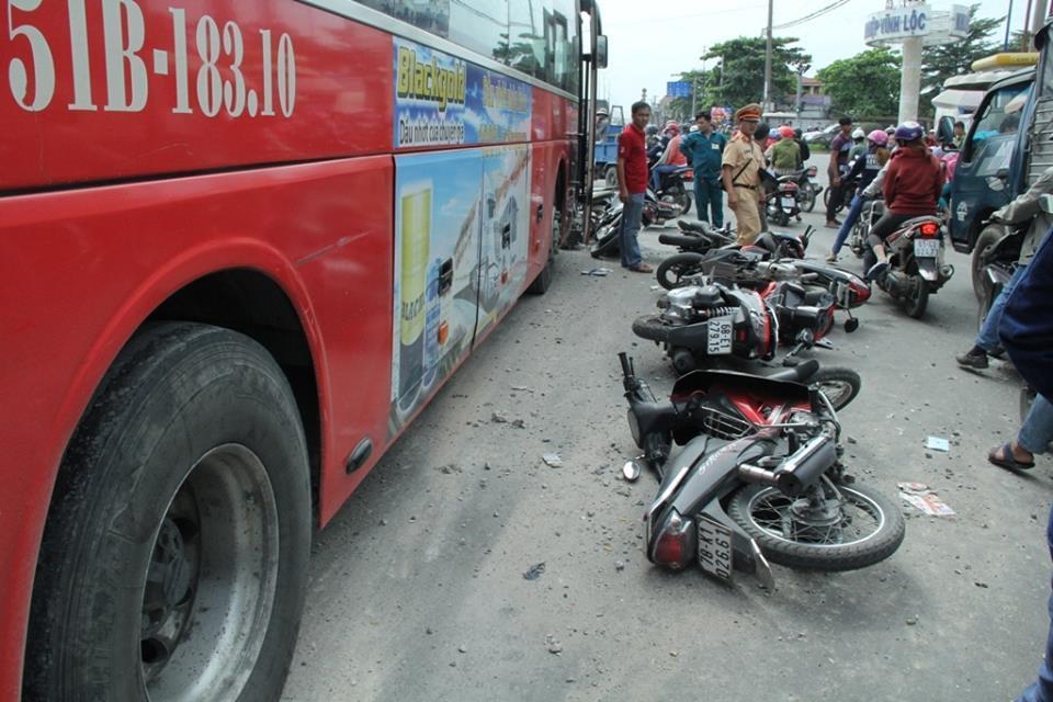 Xe khách 'lùa' hàng loạt xe máy, nhiều người bị thương