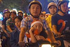 Người Sài Gòn đổ về trung tâm chơi Noel, giao thông kẹt cứng